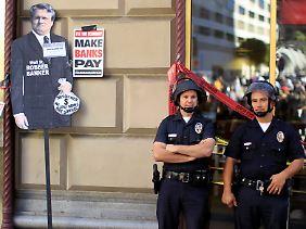 """2011 noch durchaus übliche Proteste: """"Make Wall Street Banks Pay"""" neben einem Conterfei von Moynihan."""
