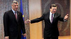 Thaci (l.) wird von Barroso willkommen geheißen.