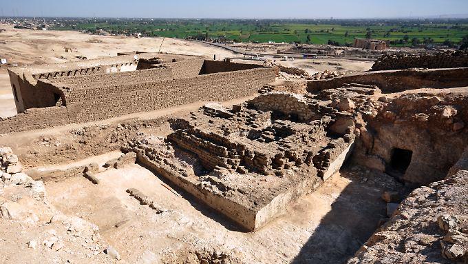Die zerfallene Lehmziegel-Pyramide: Ursprünglich war sie wohl 15 Meter hoch.