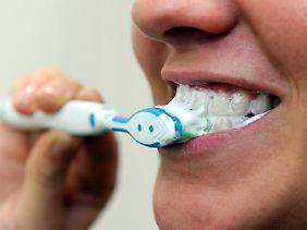Auf die richtige Zahnpasta kommt es an - und die muss der Stiftung Warentest zufolge nicht teuer sein.