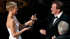 Tarantino erhielt seinen Oscar von Charlize Theron.