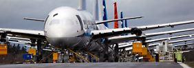 """Nase am Heck: In Reihen stauen sich fertig produzierte 787 vor der Werkshalle am """"Paine Field"""" in Everett im US-Bundesstaat Washington."""
