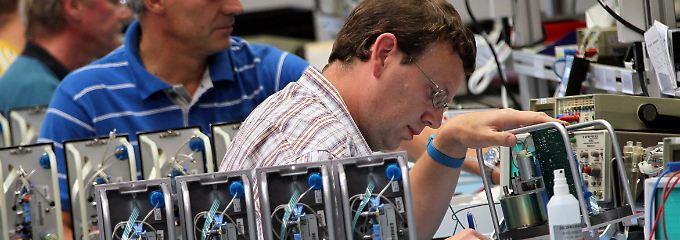 FMC-Mitarbeiter montieren im sächsischen Stollberg Baugruppen für Dialysemaschinen.