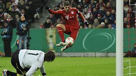 Tatsächlich nicht drin: Bayerns Toni Kroos wird vom Ball überrascht.