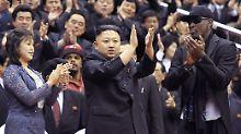 Kim Jong Un und Rodman in Applaus vereint.