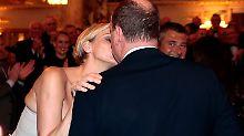 Als neue Flugzeugbesitzer küssen sich die Fürstin und der Fürst
