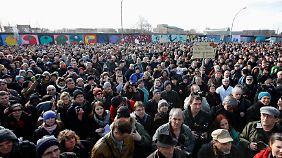 Tausende Berliner hatten am Wochenende gegen den Teilabriss der Mauer demonstriert.