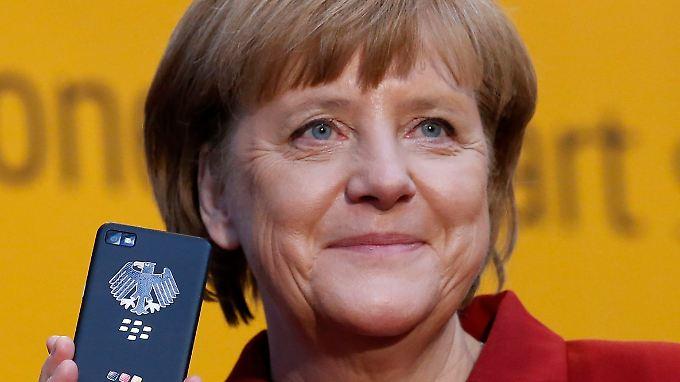 Kanzlerin Merkel mit ihrem abhörsicheren Smartphone.