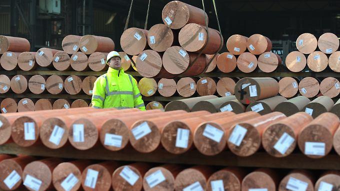 Ein Mitarbeiter des Kupferherstellers Aurubis AG im Strangguslager auf dem Firmengelände in Hamburg .