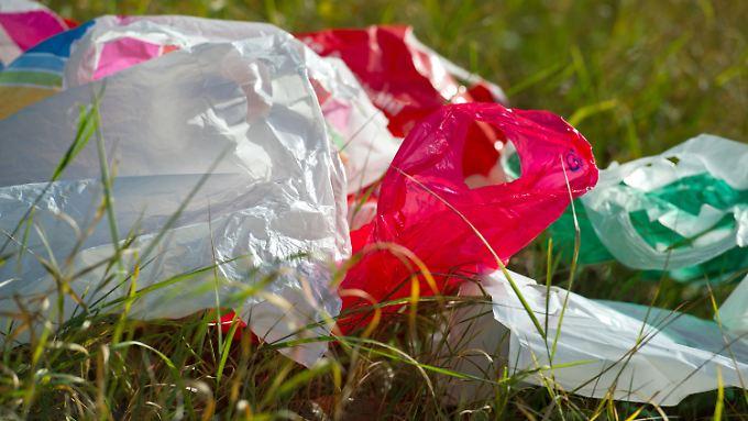 Jeder Bundesbürger verwendet pro Jahr etwa 70 Einkaufstüten aus Kunststoff. Im europäischen Durchschnitt sind es sogar 200.