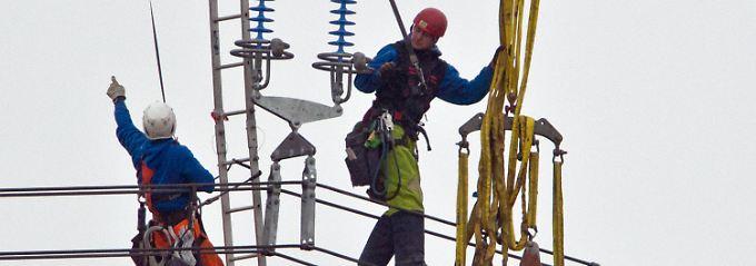 Installation einer Überland-Starkstromleitung: Die Strompreise beeinflussen die Teuerung.