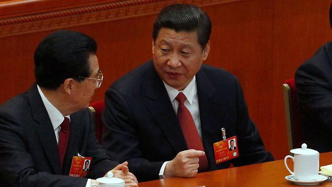Xi Jinping (re.) im Gespräch mit seinem Vorgänger Hu Jintao (li.)