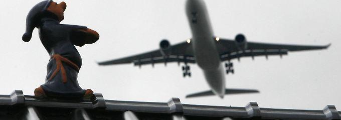Flugzeug über Raunheim beim Landeanflug auf den nahe gelegenen Frankfurter Flughafen.