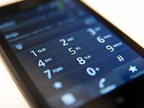 Neues Handy, alte Nummer:Beim Wechsel des Handyproviders gibt es meist auch eine neue Rufnummer. Gegen Gebühr kann man die alte aber auch behalten.