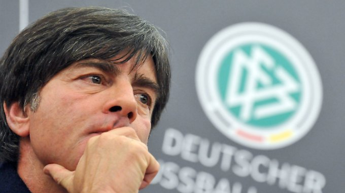 In Gedanken: Bundestrainer Joachim Löw plagen Personalsorgen.