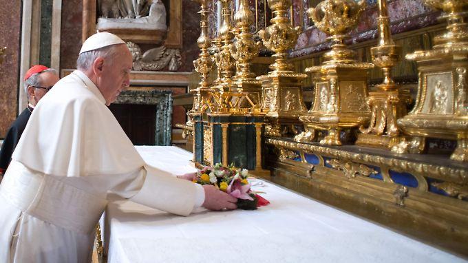 Papst Franziskus bei seinem zweiten Auftritt nach seiner Wahl.