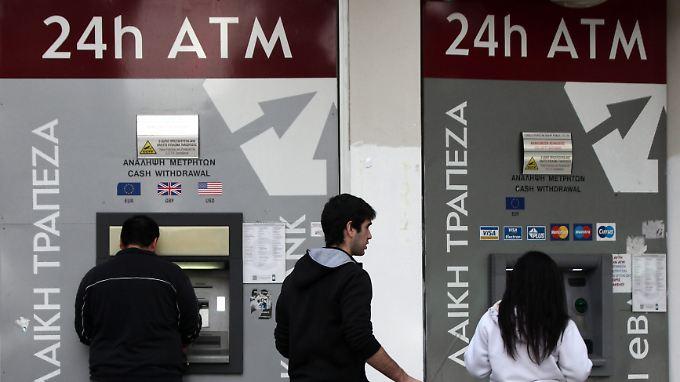 Die Euroländer bitten Zyperns Bankkunden für die Rettung des Landes zur Kasse. Der Betrag wird ab sofort auf den Konten eingefroren.