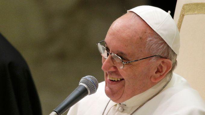 Ein Papst, der lacht: Franziskus während der Audienz für die Pressevertreter.