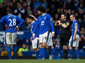 Und tschüss: Evertons Steven Pienaar muss raus, seine Mannschaft gewinnt trotzdem.