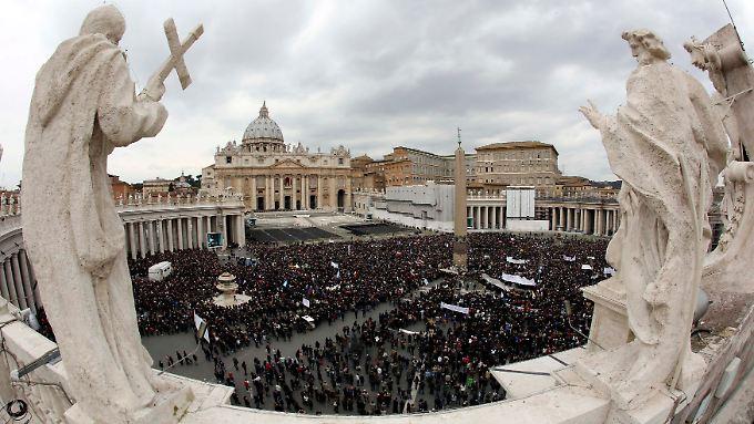 Zehntausende hatten seit dem frühen Morgen auf dem Petersplatz gewartet, um dem Angelus-Gebet des neuen Papstes beizuwohnen.