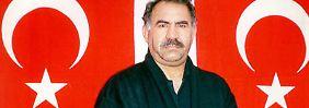 Öcalan nach seiner Festnahme durch türkische Spezialkräfte im Winter 1999 in Kenia.