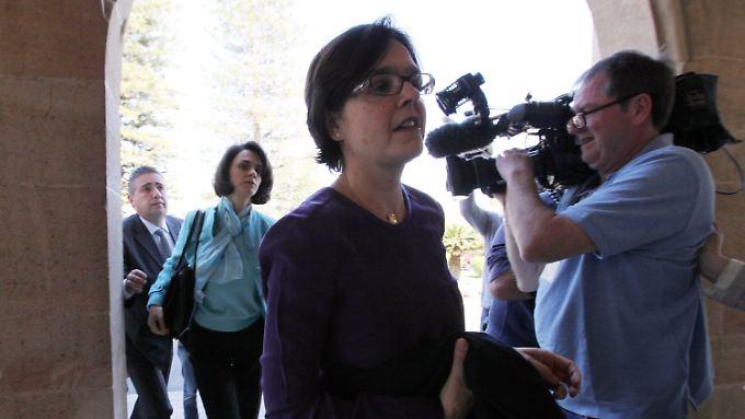 Die EZB-Vertreterin Isabel von Koeppen, hinter ihr die Leiterin der Troka-Delegation, Delia Velculescu, auf dem Weg zum zyprischen Präsidenten Nicos Anastasiades.