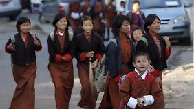 Staatsziel Glück! Lachende Schüler in Bhutan.