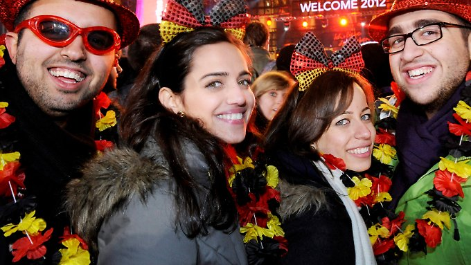 Glücklich in Deutschland: feiernde Touristen. Deutschen fehlt oft das Zeug zur Zufriedenheit.