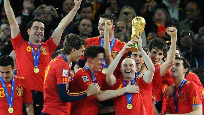 So strahlen Sieger: Die spanischen Fußballer feiern den Weltmeistertitel. Und wer darf den Pokal halten? Andrés Iniesta natürlich.