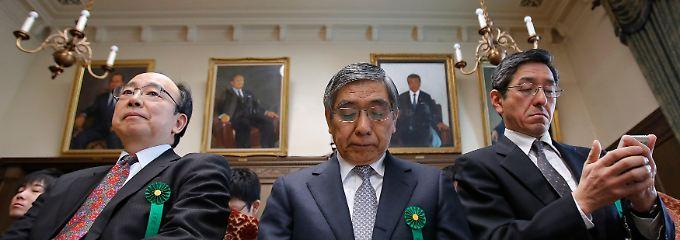 An der Spitze Bank of Japan: Japans oberster Währungshüter Haruhiko Kuroda vor dem Finanzausschuss (M.).