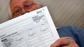 Auch im Ruhestand lässt das Finanzamt nicht locker. Viele Rentner sind verpflichtet, eine Steuererklärung zu machen.
