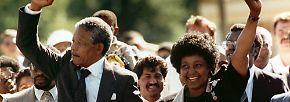 Die meisten schwarzen Südafrikaner sehen damals in ihm eine Art Messias - obwohl oder gerade weil es verboten war, während seiner Haft Fotos von ihm zu veröffentlichen oder ihn zu zitieren.