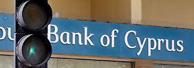 Polizei in Bereitschaft: Zyperns Banken öffnen wieder
