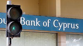 Banken-Wiedereröffnung auf Zypern: Menschen stehen Schlange