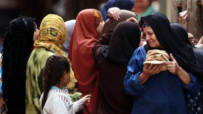 Frauen vor einer Bäckerei in Kairo.