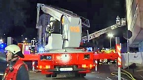 Brand in Mehrfamilienhaus: Feuerwehr löst Großalarm aus