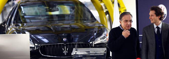 """""""Eine Vorstellung vom Ausmaß des Wettbewerbs"""": Fiat-Chef Sergio Marchionne und Verwaltungsratschef John Elkann (r.)."""