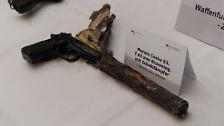 Die bei mehreren der Morde zum Einsatz gekommene Česká  83 wird in dem ausgebrannten Haus in Zwickau sichergestellt. Damit ist klar, dass den Opfern der Mordserie rechtsextreme Gewalt, und nicht etwa eigenen kriminellen Machenschaften zum Verhängnis wurden.