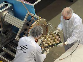 Der Forschungssatellit soll künftig Signale des automatischen Identifikationssystems (AIS) empfangen und damit Schiffe besser orten können als herkömmliche Satelliten.