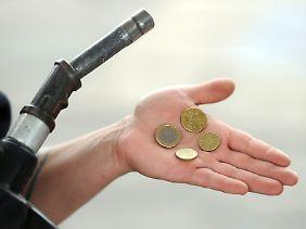 Im vergangenen Jahr mussten Autofahrer zum Teil 1,70 Euro und mehr für einen Liter Super-Benzin bezahlen.