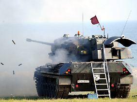 Die rote Flagge zeigt es an: Hier wird mit scharfer Munition geschossen.