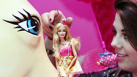 """Angst vor der """"Pinkifizierung"""": eine Mitarbeiterin im Traumhaus."""