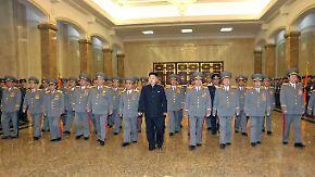 Kim Jon Un, seit einiger Zeit auch General, marschiert im Mausoleum voran.