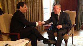 Mit Rafael Correa (l.) sprach n-tv Redakteur Manfred Bleskin. Am Samstag veröffentlicht n-tv.de das ganze TV-Interview mit Correa.