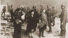 Aufständische im Warschauer Ghetto werden abgeführt.