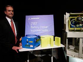 Und so sieht sie aus, die neue Batterie: In Tokio stellte Boeing-Vize und 787-Chefingenieur Mike Sinnett das neue Design persönlich vor.