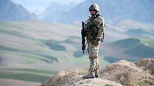 Ein Bundeswehrsoldat  bei Masar-i-Scharif in Afghanistan