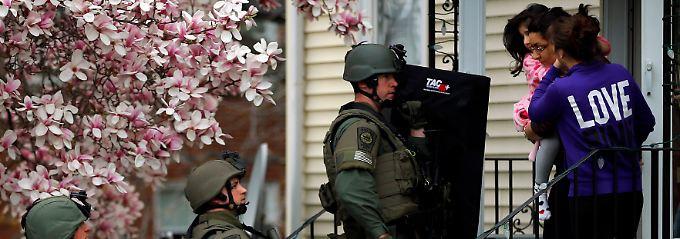 Boston erlebte den Ausnahmezustand: Auf der Suche nach dem flüchtigen Bruder eilten schwer bewaffnete Einsatzkräfte von Haus zu Haus.