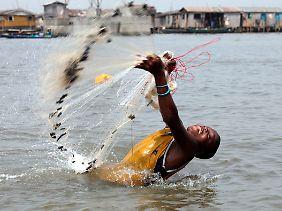 Die Fischer machen in den Flüsssen kaum noch Beute.