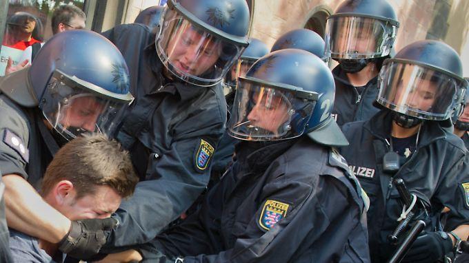 Von Deutschland wird unter anderem eine Kennzeichnungspflicht bei Polizisten gefordert, damit nachvollziehbar ist, wer ein Fehlverhalten zu verantworten hat.